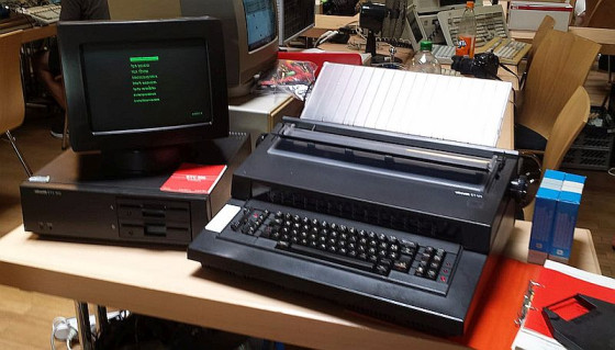 Textverarbeitungssystem Olivetti ETV 300 mit ET 121 Büroschreibmaschine