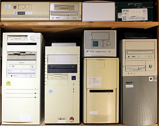 Die PC Ecke mit IBM OS/2 Version 2, SuSE Linux 8, Windows 2000, IBM OS/2 Warp 3 und NeXT OpenStep 4